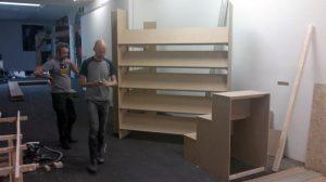 Mathijs Lieshout en Maurice Bogaert bouwen een stand voor de lancering in W139