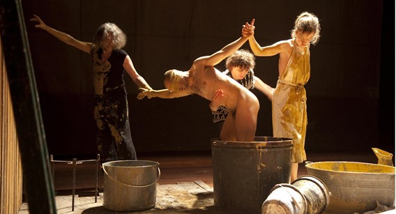 De Nederlandse theatergroep Maatschappij Discordia, hier met 'Over de kunst', moet het nu zonder subsidies doen. Bert Niehuis