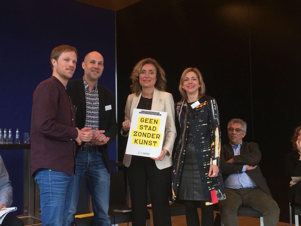v.l.n.r. Joram Kraaijeveld (Platform BK), Peter van den Bunder (Kunstenbond), Vera Bergkamp (Tweede Kamer lid D'66), Birgit Donker (Mondriaan Fonds)